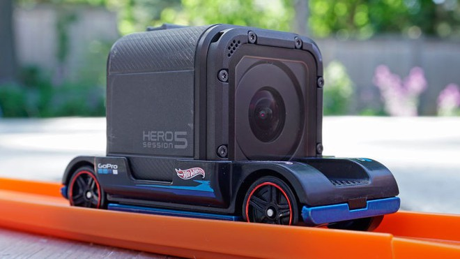 Khéo léo gắn camera GoPro lên xe đua đồ chơi, hãng Hot Wheels tạo ra thước phim cảm giác mạnh với góc nhìn thứ nhất - Ảnh 2.