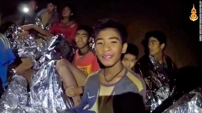 [CHÍNH THỨC] Xác nhận 12 cầu thủ đội bóng Thái Lan cùng huấn luyện viên đã thoát ra khỏi hang an toàn! - Ảnh 2.