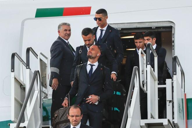 Các cầu thủ Bồ Đào Nha cũng ưa chuộng tai nghe của Apple, nhưng Ronaldo có lẽ vẫn rất buồn khi bị loại nên chẳng thèm nghe nhạc luôn.