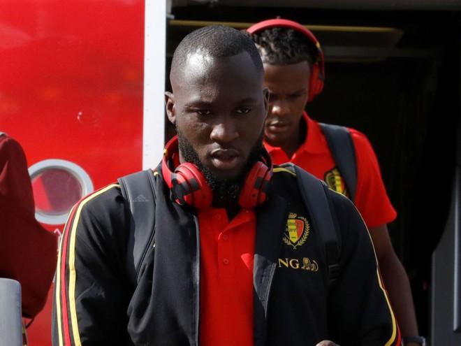 Tiền đạo Lukaku của Bỉ lại yêu thích tai nghe Beats dù phải che logo bằng băng dính đen.