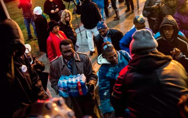 Người dân ở Flint, Michigan phải dùng nước đóng chai để sinh hoạt
