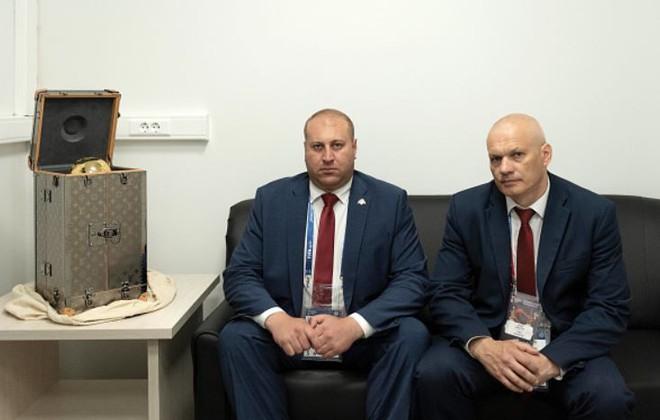 Cúp vàng World Cup được chuyển tới SVĐ Luzhniki trong case Louis Vuitton thửa riêng, được bảo vệ bởi 2 vệ sĩ - Ảnh 3.