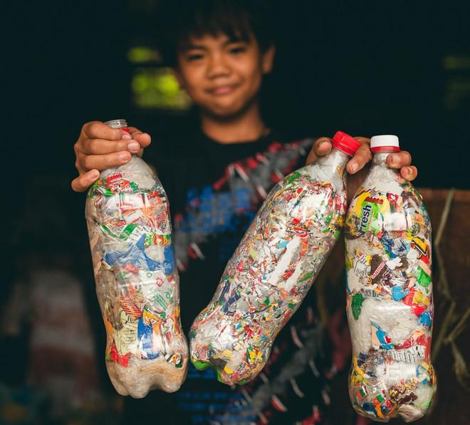 Dự án Ecobrick: tái chế nhựa làm gạch xây nhà, giải pháp hiệu quả bậc nhất thời điểm hiện tại - Ảnh 1.
