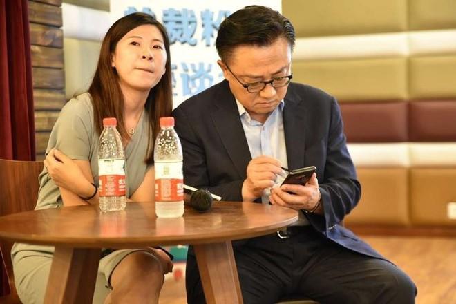 CEO Samsung bất ngờ bị bắt gặp sử dụng Galaxy Note9 tại nơi công cộng - Ảnh 1.