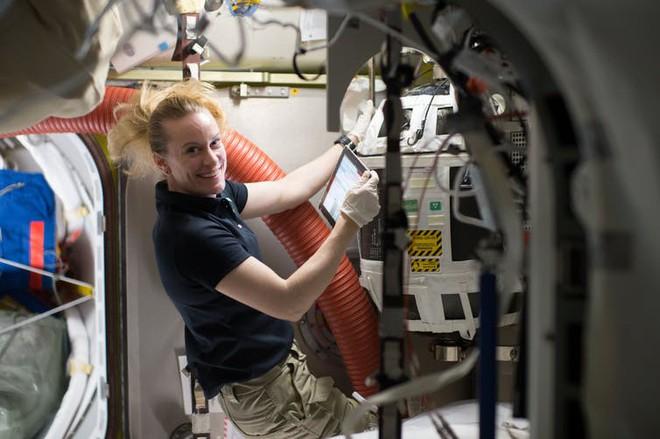 Các nhà khoa học chứng minh rằng có thể tách nước thành oxy và hydro trong vũ trụ, vừa tạo được không khí hô hấp vừa có được nhiên liệu chạy tàu - Ảnh 4.