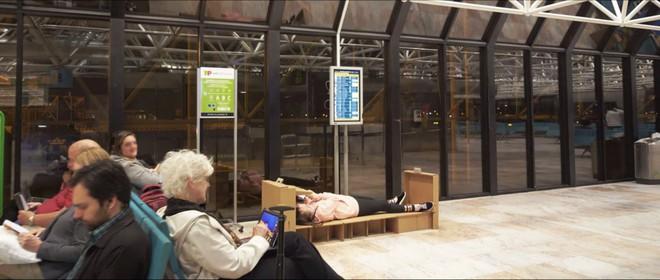 Giường ngủ di động bằng bìa các-tông quả là cứu tinh khi gặp delay tại sân bay - Ảnh 7.