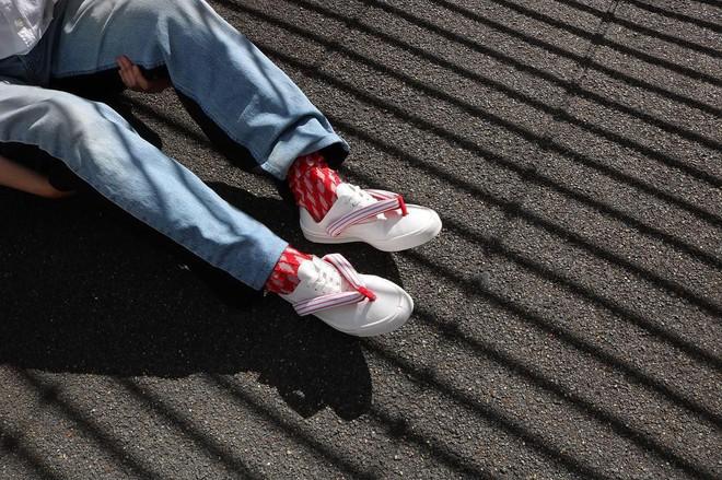 Khi bạn thích đi dép cho thoáng nhưng không thể rời xa sneakers, chắc chắn bạn phải mua mẫu giày này - Ảnh 12.