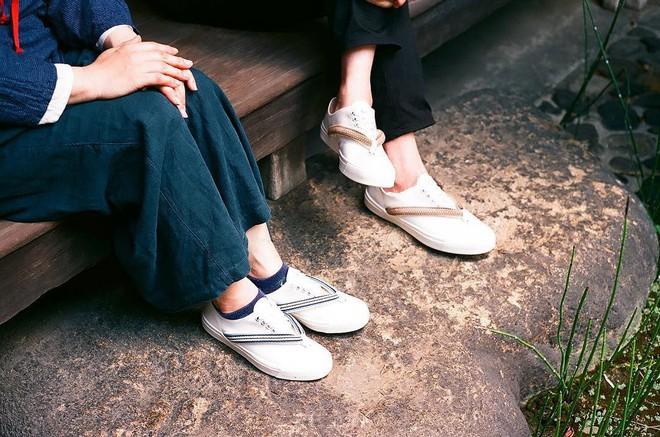 Khi bạn thích đi dép cho thoáng nhưng không thể rời xa sneakers, chắc chắn bạn phải mua mẫu giày này - Ảnh 14.