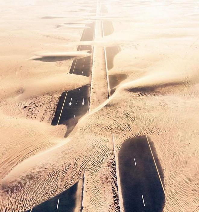 [Chùm ảnh] Dubai không chỉ có những tòa nhà cao tầng mà còn có cả những cao tốc trải đầy cát sa mạc - Ảnh 9.