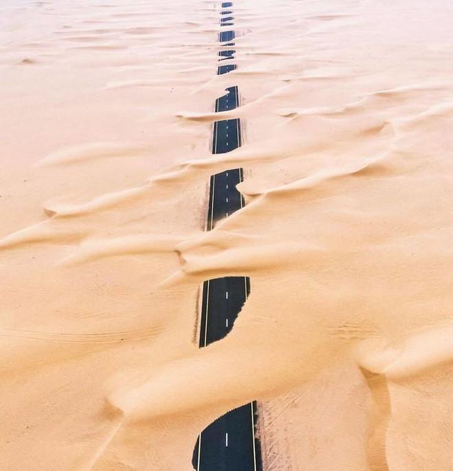 [Chùm ảnh] Dubai không chỉ có những tòa nhà cao tầng mà còn có cả những cao tốc trải đầy cát sa mạc - Ảnh 8.