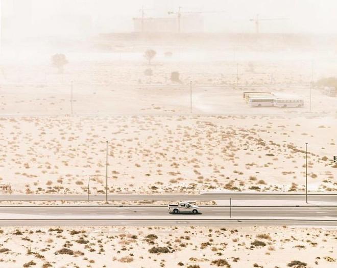 [Chùm ảnh] Dubai không chỉ có những tòa nhà cao tầng mà còn có cả những cao tốc trải đầy cát sa mạc - Ảnh 17.