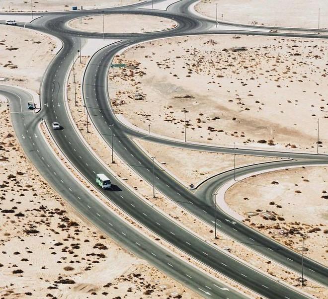 [Chùm ảnh] Dubai không chỉ có những tòa nhà cao tầng mà còn có cả những cao tốc trải đầy cát sa mạc - Ảnh 16.