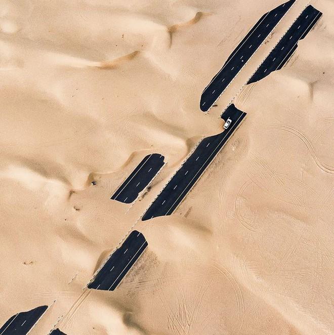[Chùm ảnh] Dubai không chỉ có những tòa nhà cao tầng mà còn có cả những cao tốc trải đầy cát sa mạc - Ảnh 7.