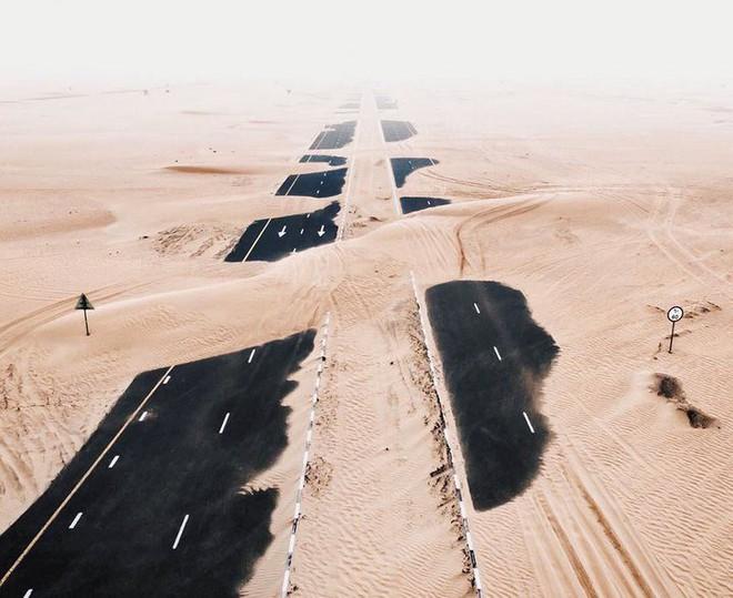 [Chùm ảnh] Dubai không chỉ có những tòa nhà cao tầng mà còn có cả những cao tốc trải đầy cát sa mạc - Ảnh 5.