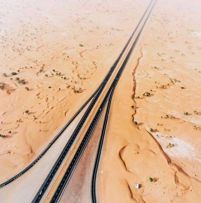 [Chùm ảnh] Dubai không chỉ có những tòa nhà cao tầng mà còn có cả những cao tốc trải đầy cát sa mạc - Ảnh 13.