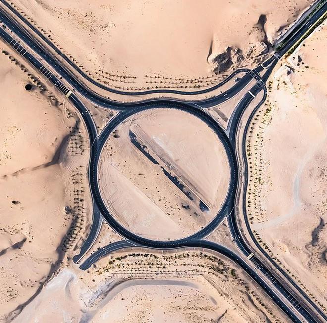 [Chùm ảnh] Dubai không chỉ có những tòa nhà cao tầng mà còn có cả những cao tốc trải đầy cát sa mạc - Ảnh 3.