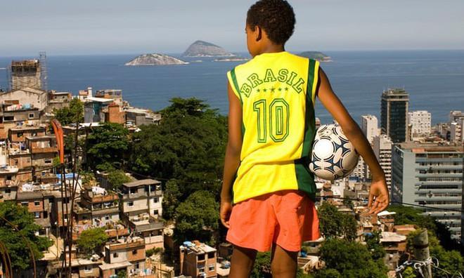 Câu chuyện World Cup: Đằng sau những tuyển thủ Brazil là những bà mẹ đơn thân cả đời tần tảo nuôi con nên người - Ảnh 1.