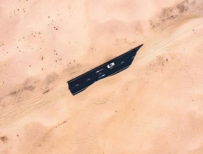 [Chùm ảnh] Dubai không chỉ có những tòa nhà cao tầng mà còn có cả những cao tốc trải đầy cát sa mạc - Ảnh 2.