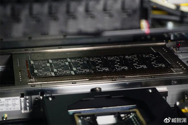 Về mặt lưng của Xiaomi Mi 8 EE: sao cứ phải nhập nhằng? - Ảnh 3.
