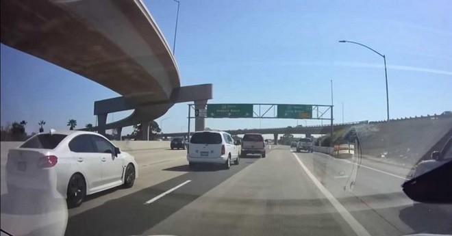 Xem cách hệ thống bán tự động Autopilot trên Tesla Model 3 đánh lái để tránh tai nạn trên đường - Ảnh 1.