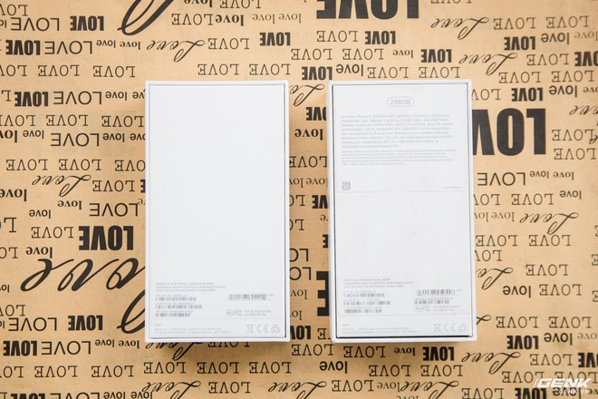 Mặt lưng của hộp cũng được thể hiện ít chi tiết hơn với phiên bản chính hãng