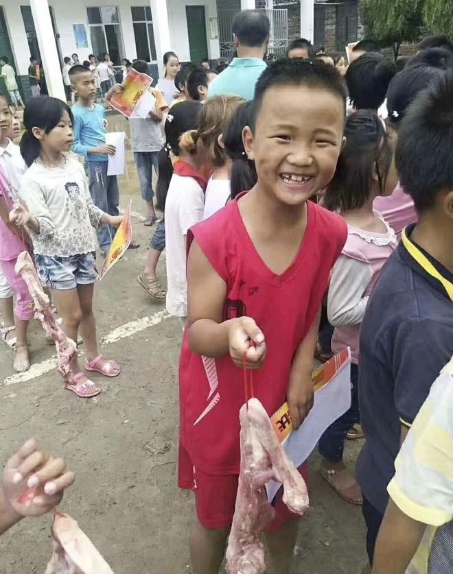 Ngoài bằng khen, học sinh nghèo vượt khó ở vùng quê Trung Quốc được tặng mỗi em 6 lạng thịt ba chỉ - Ảnh 1.
