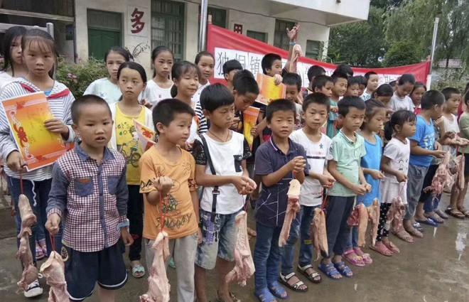 Ngoài bằng khen, học sinh nghèo vượt khó ở vùng quê Trung Quốc được tặng mỗi em 6 lạng thịt ba chỉ - Ảnh 2.