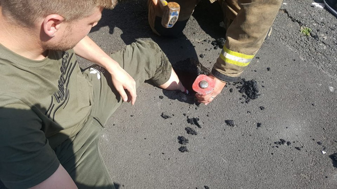 Anh: Nóng đến nỗi nguyên bàn chân lún xuống nhựa đường - Ảnh 1.