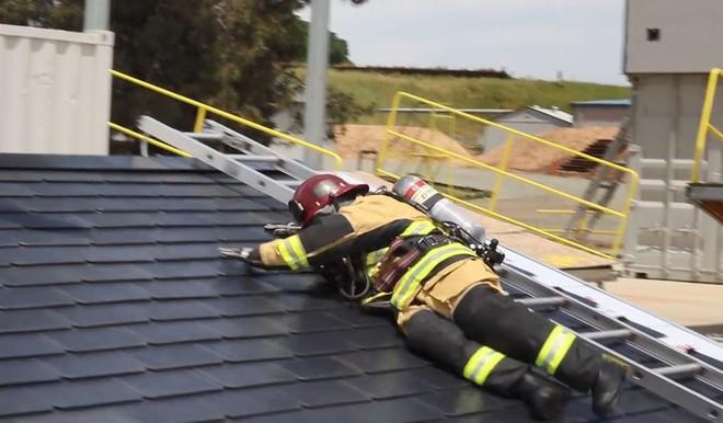 Đến lính cứu hỏa cũng phải ngả mũ vì độ bền mái ngói năng lượng mặt trời của Tesla - Ảnh 2.