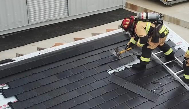Đến lính cứu hỏa cũng phải ngả mũ vì độ bền mái ngói năng lượng mặt trời của Tesla - Ảnh 1.