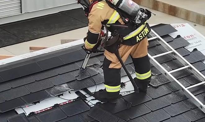 Đến lính cứu hỏa cũng phải ngả mũ vì độ bền mái ngói năng lượng mặt trời của Tesla - Ảnh 3.