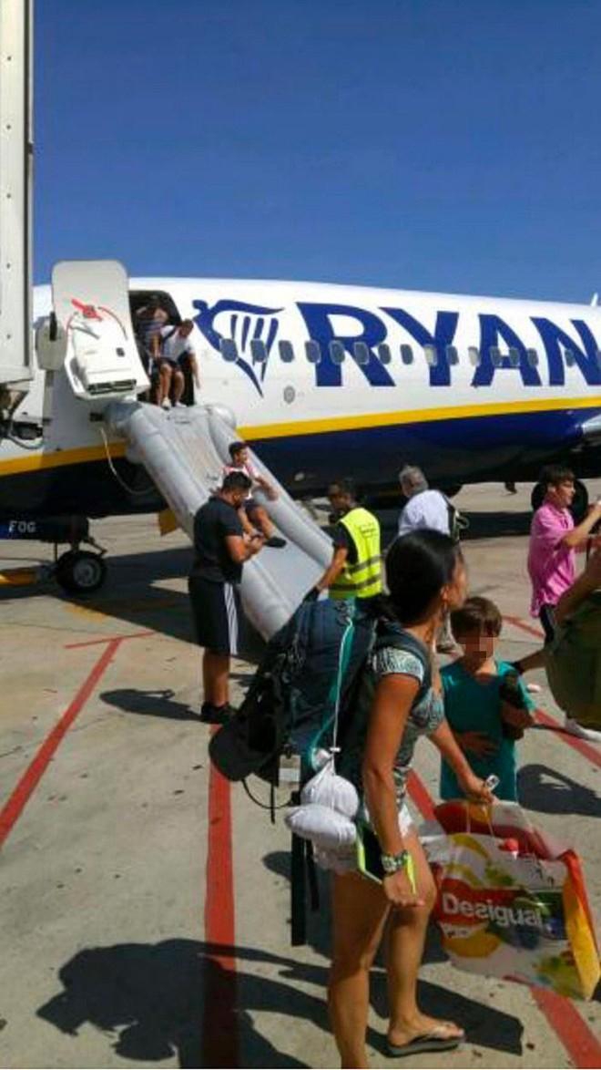 Ireland: Điện thoại phát nổ trong lúc máy bay chuẩn bị cất cánh, hành khách nháo nhào bỏ chạy - Ảnh 1.