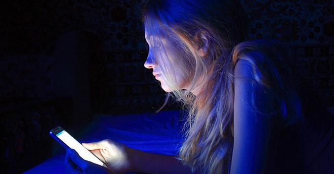 Cuối cùng các nhà khoa học cũng tìm ra cơ chế hủy hoại mắt của ánh sáng xanh dương phát ra từ điện thoại - Ảnh 4.