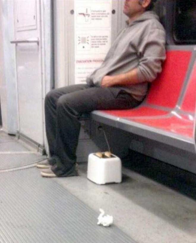 [Vui] 20 bức ảnh sẽ chứng minh cho bạn thấy: Thế giới trên tàu điện ngầm luôn ngập tràn những điều kỳ lạ - Ảnh 9.