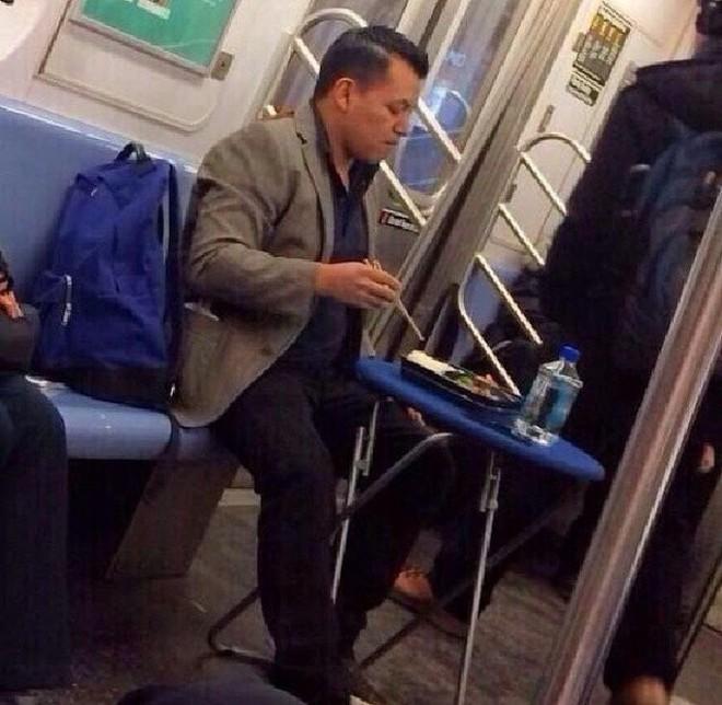 [Vui] 20 bức ảnh sẽ chứng minh cho bạn thấy: Thế giới trên tàu điện ngầm luôn ngập tràn những điều kỳ lạ - Ảnh 20.