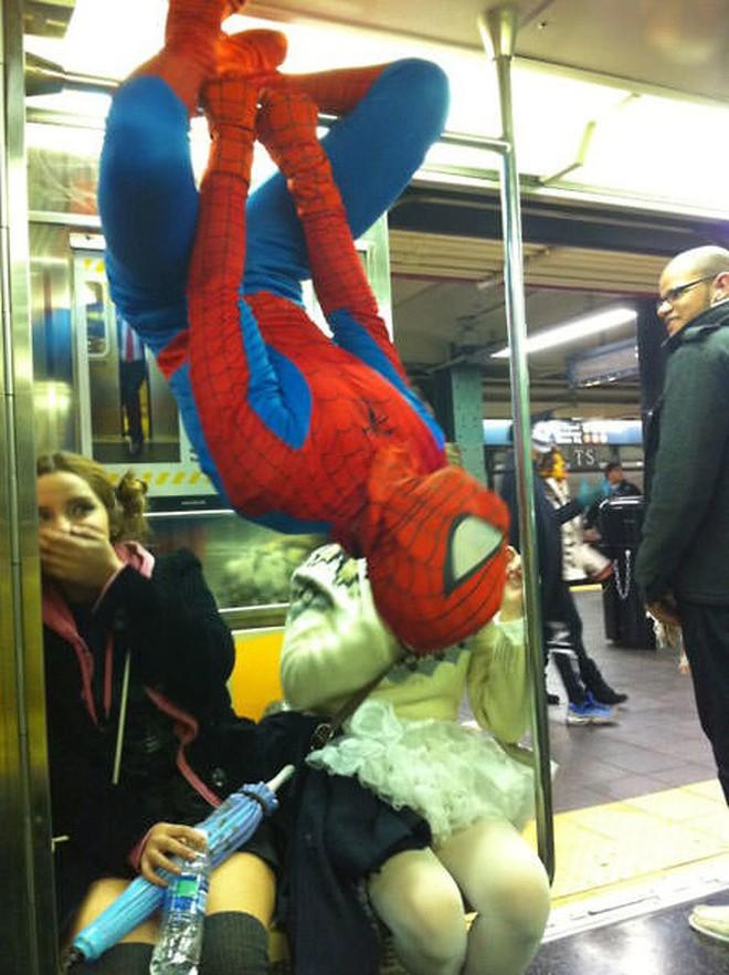 [Vui] 20 bức ảnh sẽ chứng minh cho bạn thấy: Thế giới trên tàu điện ngầm luôn ngập tràn những điều kỳ lạ - Ảnh 21.