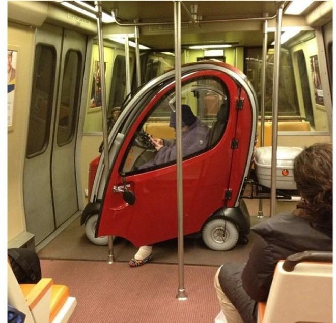 [Vui] 20 bức ảnh sẽ chứng minh cho bạn thấy: Thế giới trên tàu điện ngầm luôn ngập tràn những điều kỳ lạ - Ảnh 18.