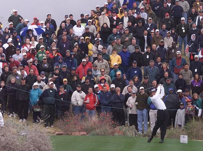 2 tấm ảnh chụp cách nhau 16 năm của golf thủ lừng danh Tiger Woods cho chúng ta thấy sự tiến hóa của công nghệ - Ảnh 1.