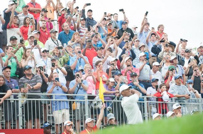 2 tấm ảnh chụp cách nhau 16 năm của golf thủ lừng danh Tiger Woods cho chúng ta thấy sự tiến hóa của công nghệ - Ảnh 2.