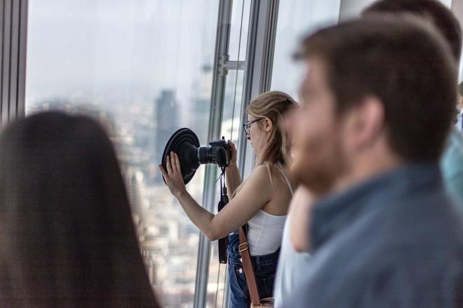 Lên Landmark 81 phải chụp hình qua bức tường kính, đây là phụ kiện để bạn có bức ảnh hoàn hảo - Ảnh 9.