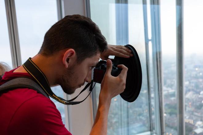 Lên Landmark 81 phải chụp hình qua bức tường kính, đây là phụ kiện để bạn có bức ảnh hoàn hảo - Ảnh 8.