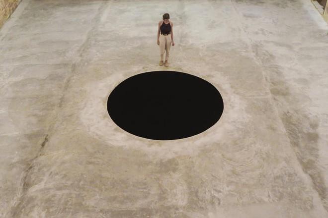 Vì tò mò, du khách Ý bị rơi xuống hố đen nghệ thuật được tạo ra từ năm 1992 - Ảnh 2.