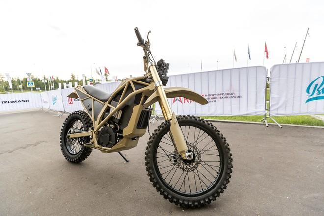 Không chỉ sản xuất súng, tập đoàn Kalashnikov còn làm cả xe máy điện quân sự đẹp mê ly: đi 1 km chỉ tốn 172 đồng tiền điện - Ảnh 2.