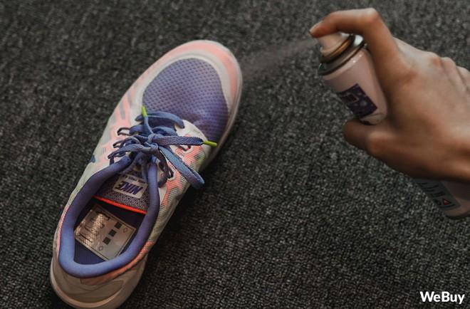 Xịt chống thấm cho đôi giày tung tăng dưới trời mưa: Đắt nhưng chỉ xắt được vài miếng - Ảnh 6.