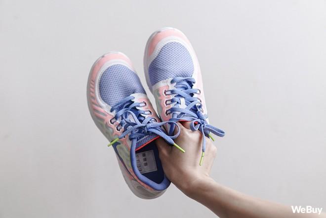 Xịt chống thấm cho đôi giày tung tăng dưới trời mưa: Đắt nhưng chỉ xắt được vài miếng - Ảnh 7.