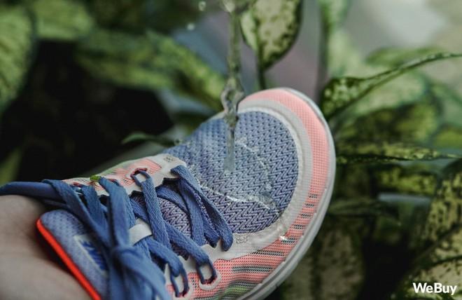 Xịt chống thấm cho đôi giày tung tăng dưới trời mưa: Đắt nhưng chỉ xắt được vài miếng - Ảnh 8.