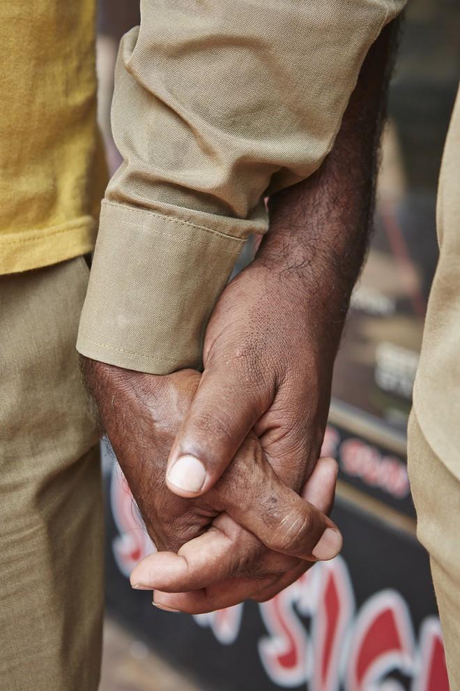 Nắm tay nhau mỗi khi ra đường: Nét văn hóa kỳ lạ nhưng thú vị giữa những anh đàn ông Ấn Độ - Ảnh 2.