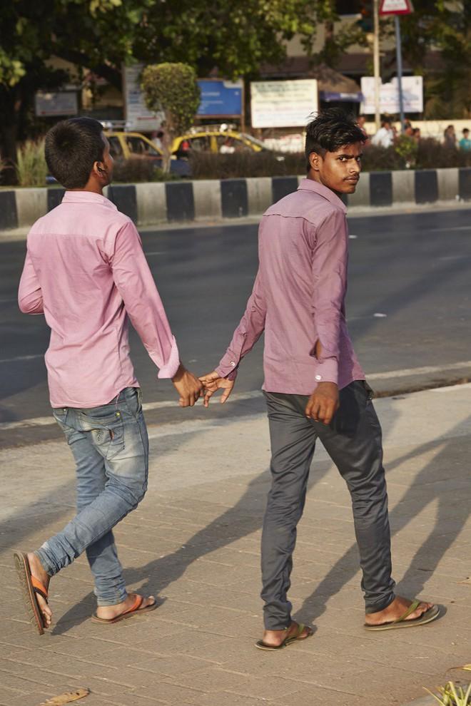 Nắm tay nhau mỗi khi ra đường: Nét văn hóa kỳ lạ nhưng thú vị giữa những anh đàn ông Ấn Độ - Ảnh 9.