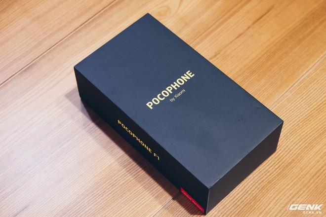 Trên tay Pocophone F1 chính hãng: 7.99 triệu có Snapdragon 845, pin 4000mAh, tai thỏ, camera kép - Ảnh 1.