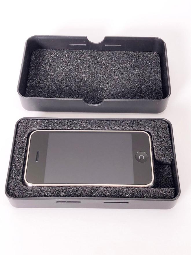 Một chiếc iPhone nguyên mẫu sản xuất thủ công tại Cupertino, chạy OS X, vẫn hoạt động tốt đang được đấu giá trên eBay - Ảnh 1.